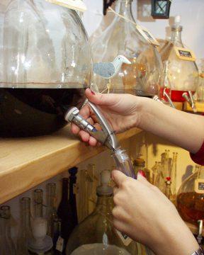 Schnaps, Liqueur und Öle vom Fass